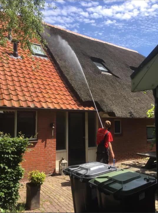 onderhoud-riet-algenbestrijding-mos-antimos-spuiten-dak